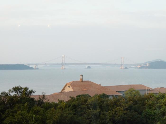 淡路島のうめ丸のラウンジから見える海