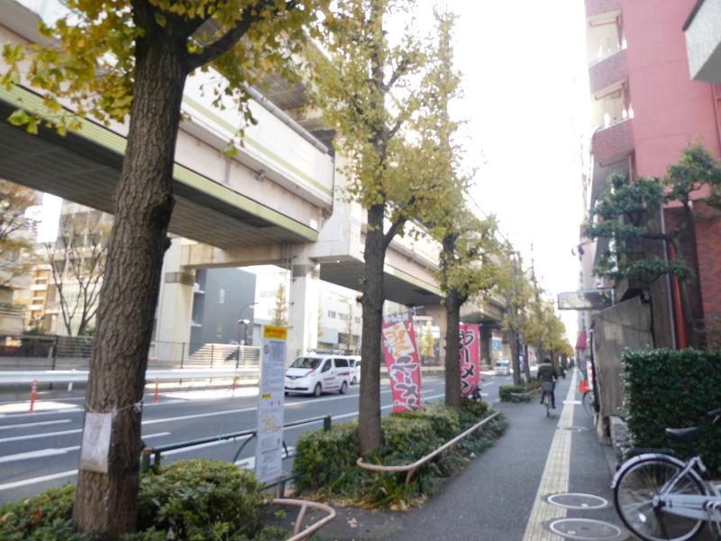 東京都板橋区大山にある純喫茶ピノキオへ向かう高速道路沿いの道