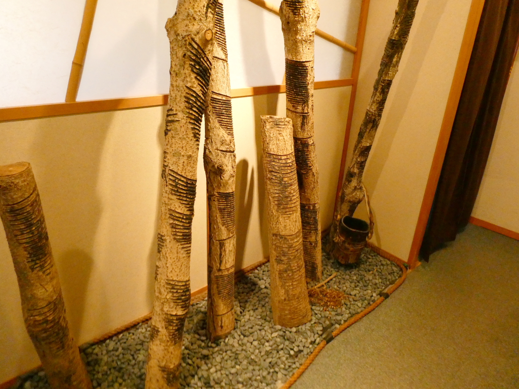 金沢のカフェ「漆の実」の入り口付近にある漆の木