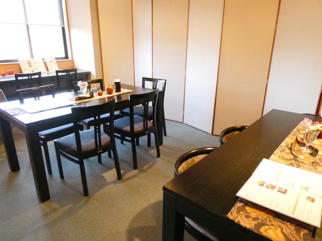 金沢のカフェ「漆の実」の店内の様子