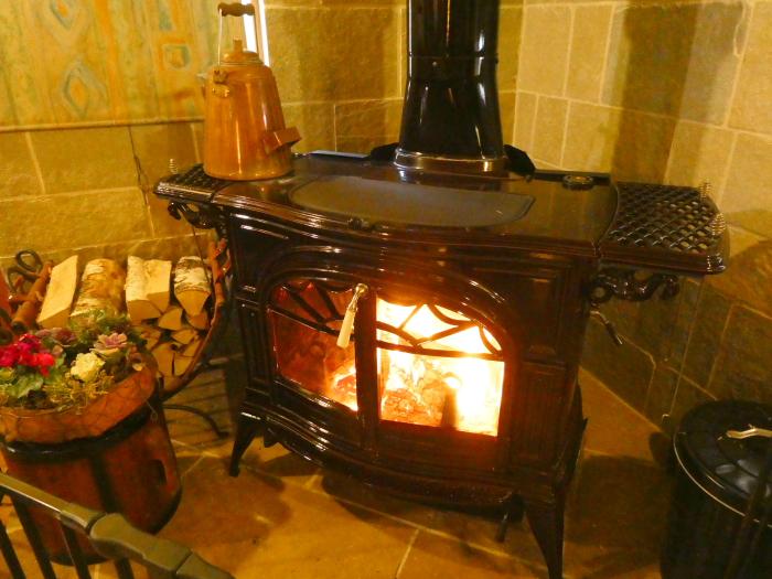 あんこうの宿まるみつ旅館 ラウンジ縁の暖炉には火がともされている