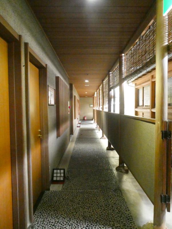 伊豆下田温泉にある野の花亭こむらさきの客室に続く通路