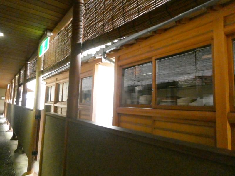 伊豆下田温泉にある野の花亭こむらさきの客室に向かう通路の隣に置かれている食器棚