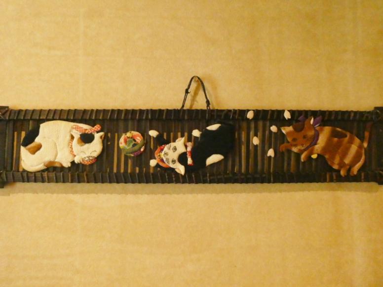 伊豆下田温泉にある野の花亭こむらさきの壁に飾られた猫の人形