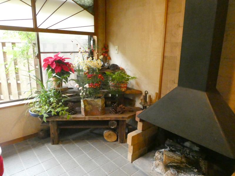 伊豆下田温泉にある野の花亭こむらさきの待合処薄紫に飾られた野の花と暖炉