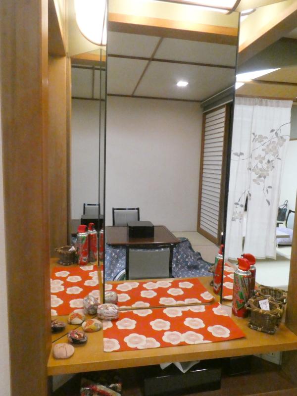 伊豆下田野の花亭こむらさきの「こぶし」主室の小さなドレッサー