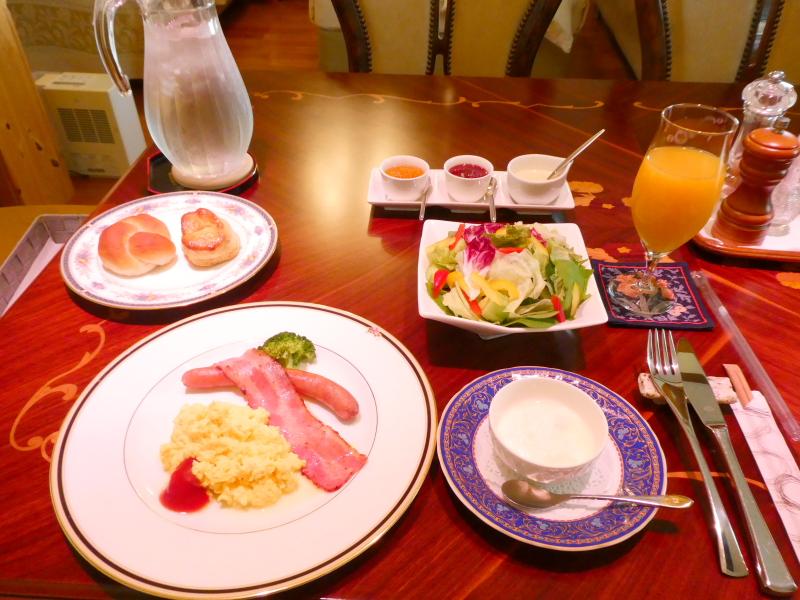 オーベルジュミヨー 部屋でいただく洋朝食のテーブルに並べられた全体図