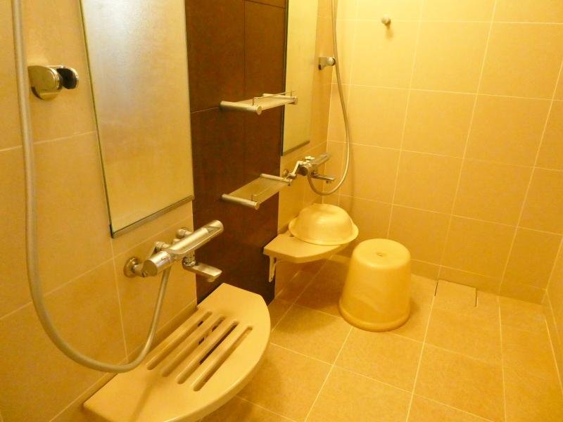 伊豆高原オーベルジュミヨーの個室の浴室の洗い場はカランが2つ