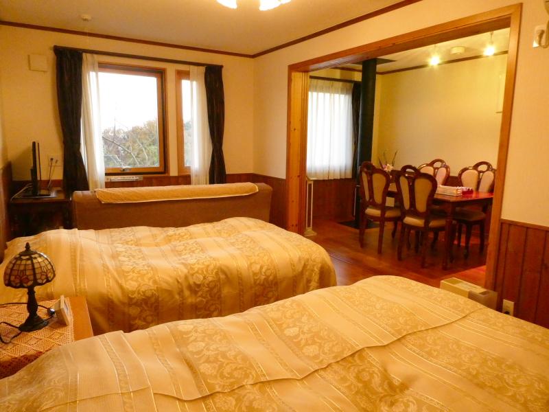 伊豆高原オーベルジュミヨーの寝室からダイニングルームを見る