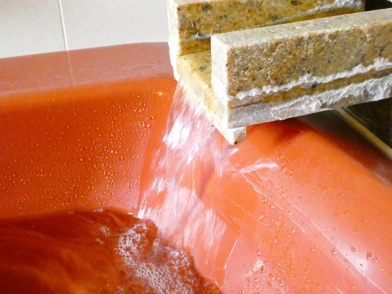 伊豆高原オーベルジュミヨーの客室のお風呂は温泉が注がれている