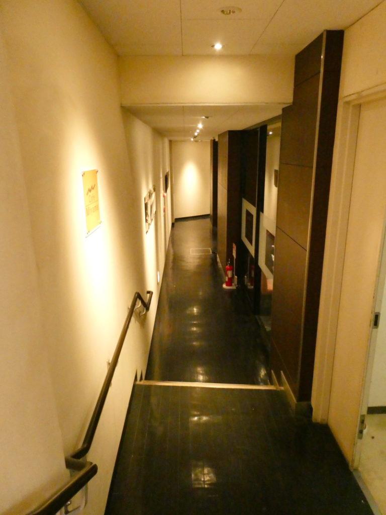 新宿_「cafe Miyama(カフェ・ミヤマ)新宿南口店」のお店に向かう階段