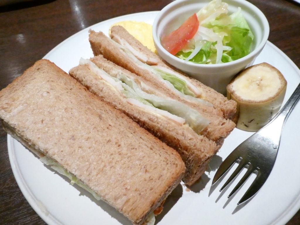 カフェミヤマ新宿南口店で食べるランチ 全粒粉ホットサンド