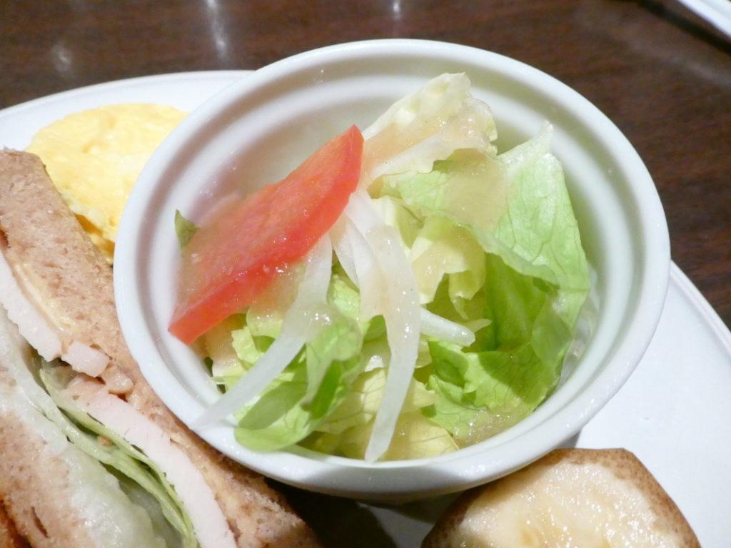 カフェミヤマ新宿南口店で食べるランチ 全粒粉ホットサンドセットのサラダ