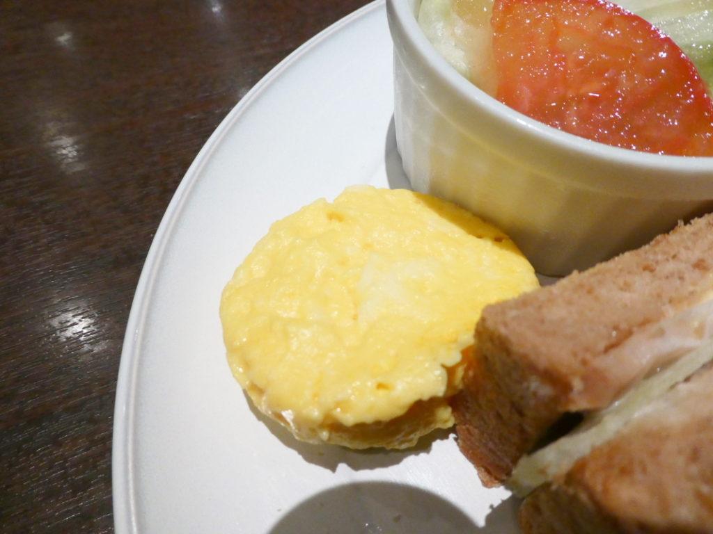 カフェミヤマ新宿南口店で食べるランチ 全粒粉ホットサンドセットのふわふわたまご
