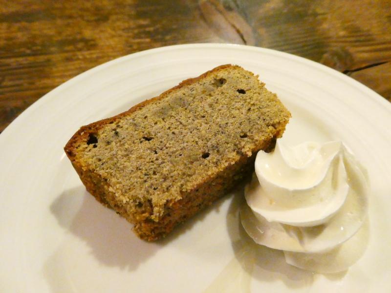 神保町の老舗喫茶店ミロンガ・ヌオーバで食べるアールグレイのシフォンケーキと添えられた生クリーム