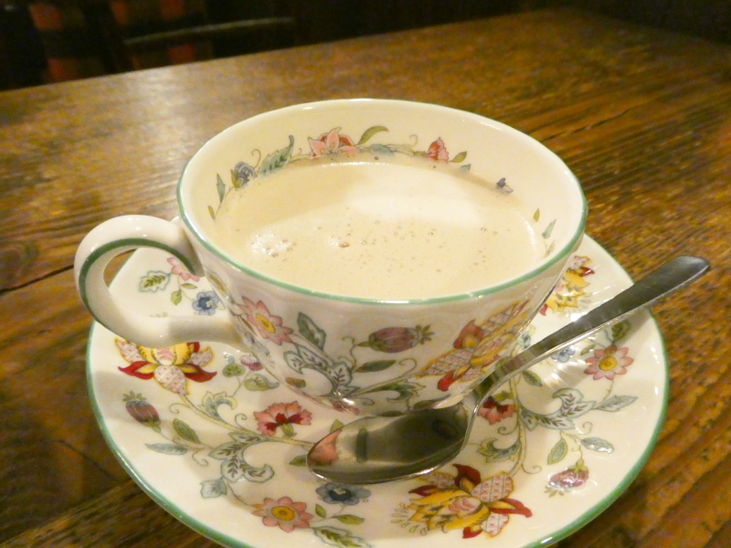 神保町の老舗喫茶店ミロンガ・ヌオーバでいただくカフェオレ