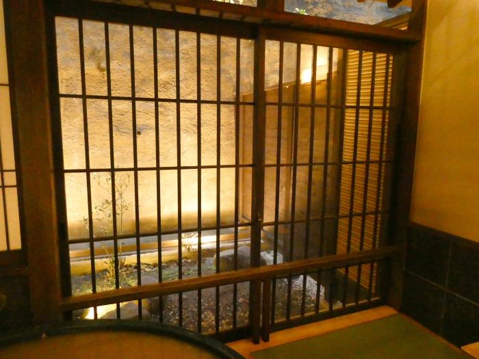 あんこうの宿まるみつの貸切風呂 美泥の湯 窓から見える小さな庭がライトアップされている