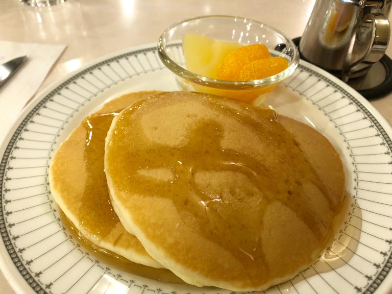 新宿区_珈琲の店ピースのホットケーキセットにメープルシロップをかけて