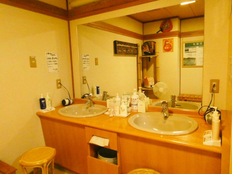 平潟港温泉あんこうの宿まるみつの大浴場和室風呂の脱衣所洗面台