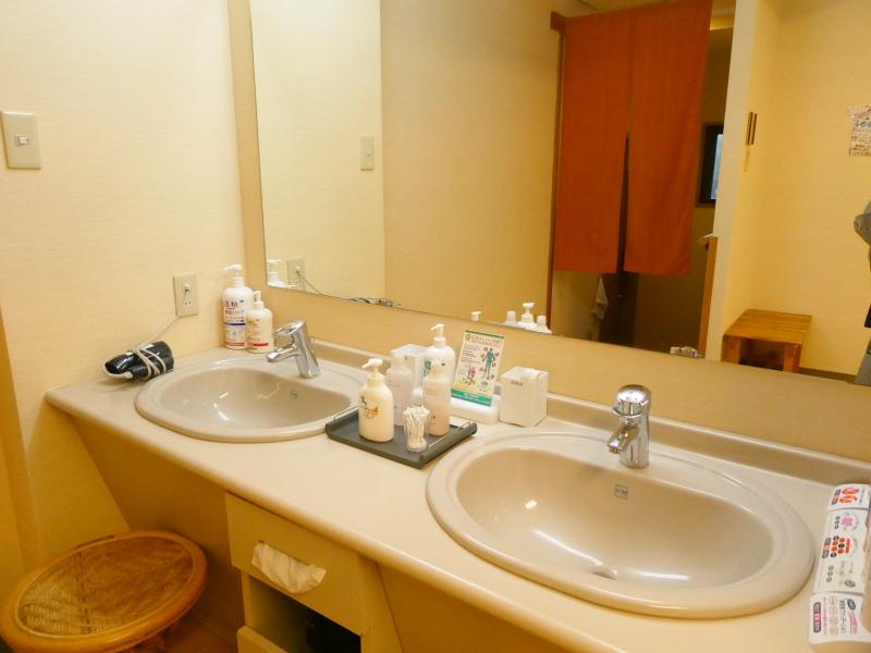 平潟港温泉あんこうの宿まるみつの露天風呂あんこうコラーゲン風呂の脱衣所にある洗面台は2つ。