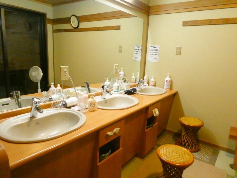 平潟港温泉あんこうの宿まるみつの大浴場赤御影石風呂の洗面台