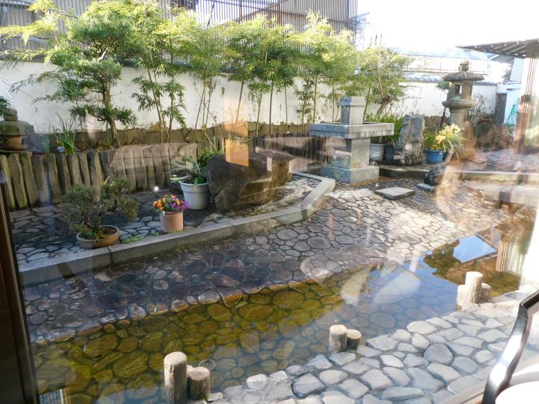熱海_さくらや旅館のラウンジから見える日本庭園