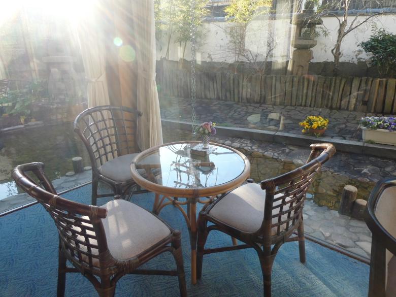 熱海_さくらや旅館のラウンジにある窓庭のテーブル、光があたってすがすがしい。