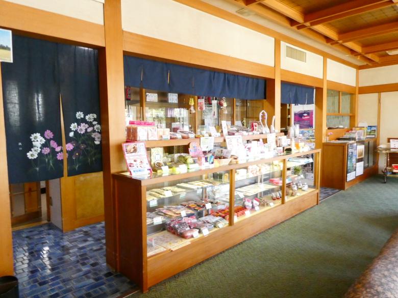 熱海_さくらや旅館のラウンジに併設されたお土産物屋