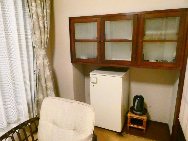 熱海_さくらや旅館 輪島の冷蔵庫と食器棚