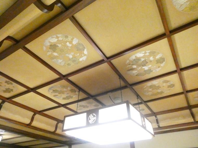 熱海_さくらや旅館 輪島の天井には花が描かれている
