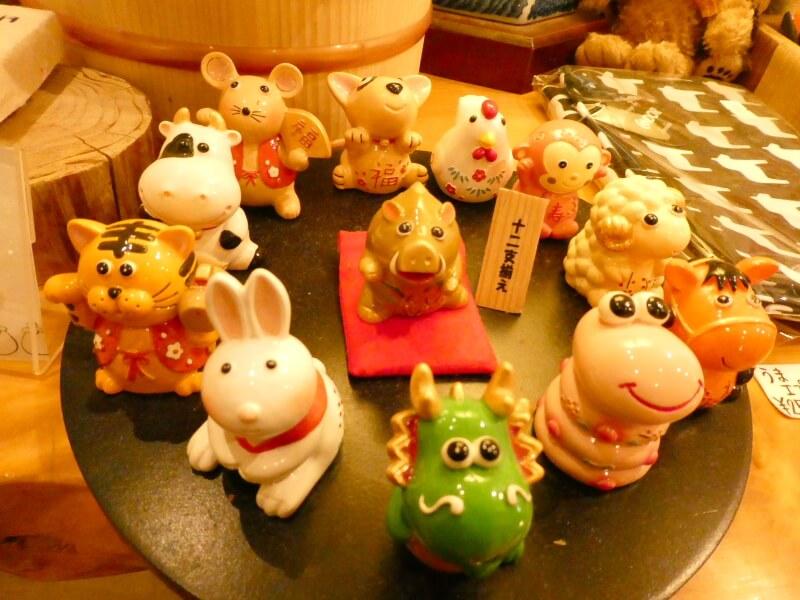 伊豆高原_茄子のはなのフロントに飾られた十二支
