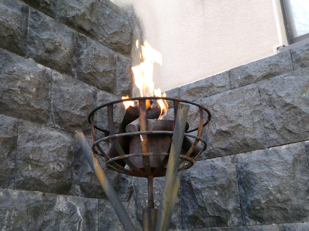 伊香保_香雲館の門にたかれたかがり火