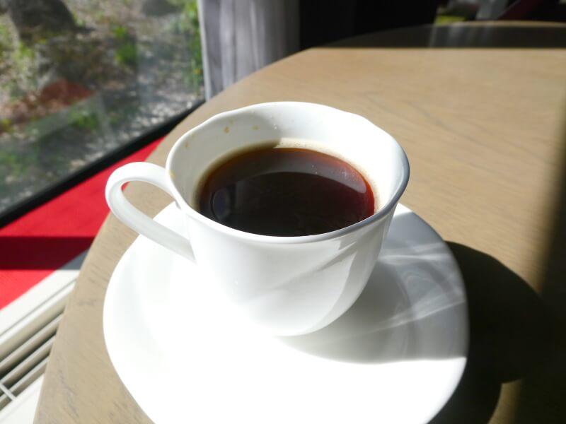 白布温泉_別邸山の季 ラウンジでコーヒーをいただく