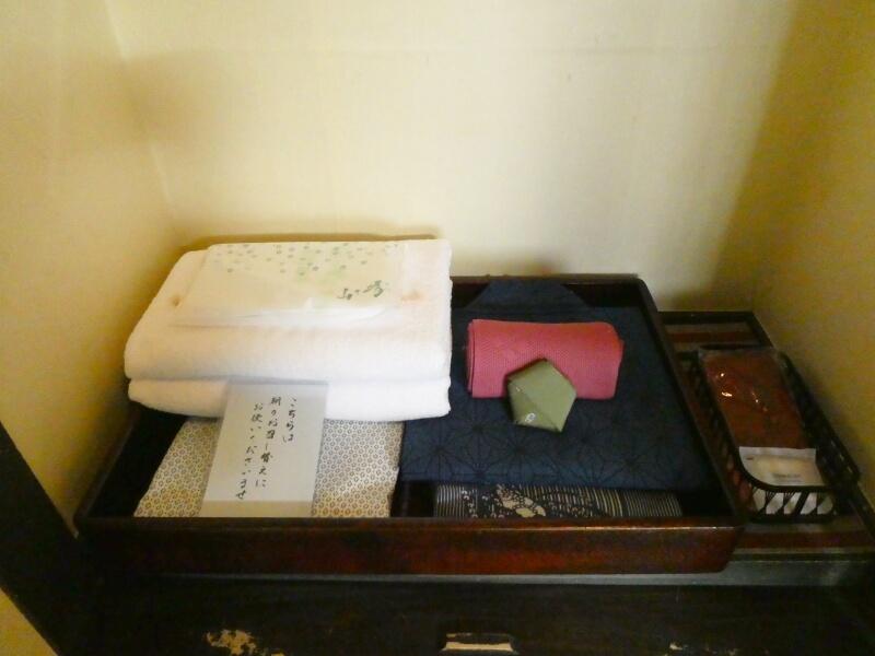 白布温泉_別邸山の季の客室「かるかや」のクローゼットに置かれた浴衣類