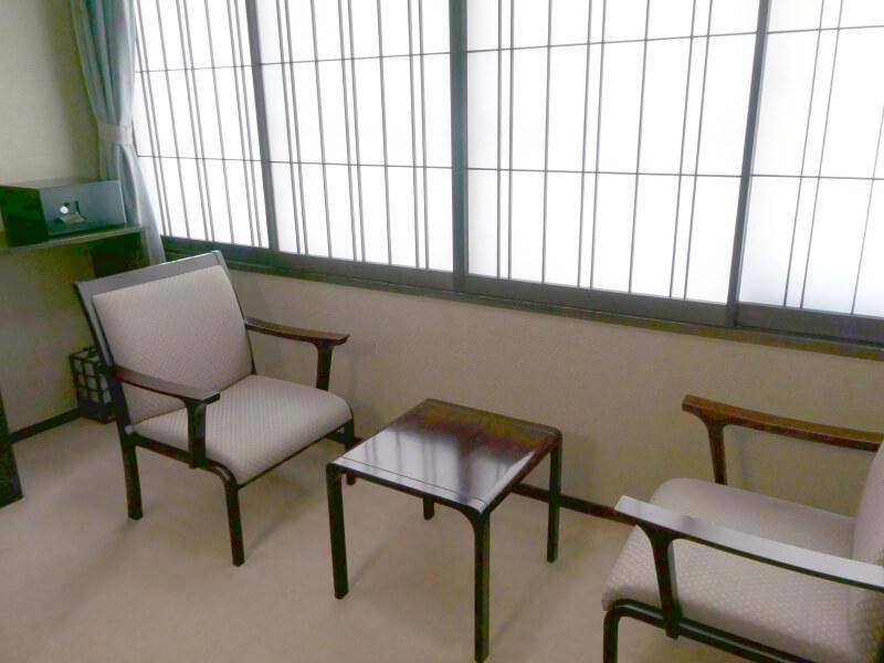 白布温泉_別邸山の季の広縁の椅子とテーブル