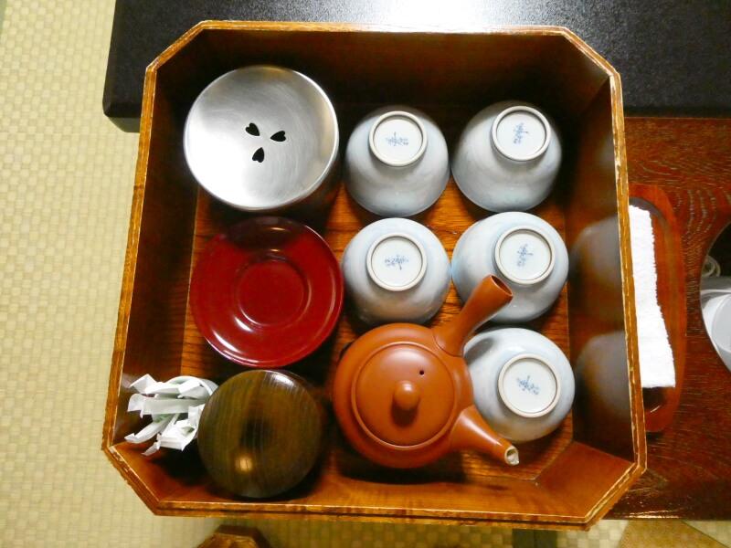 白布温泉_別邸山の季の客室「かるかや」のテーブル脇にセットされたお茶道具