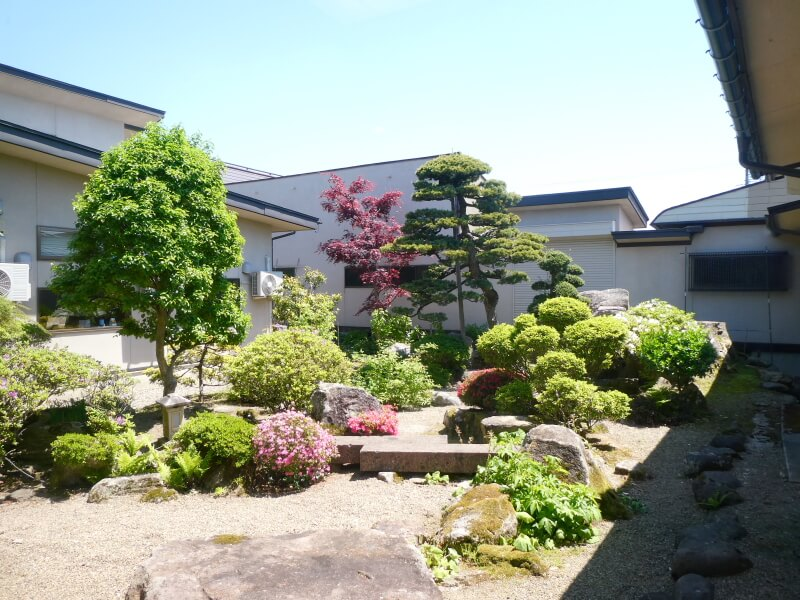 赤湯温泉森の湯のロビーから見た小さな庭